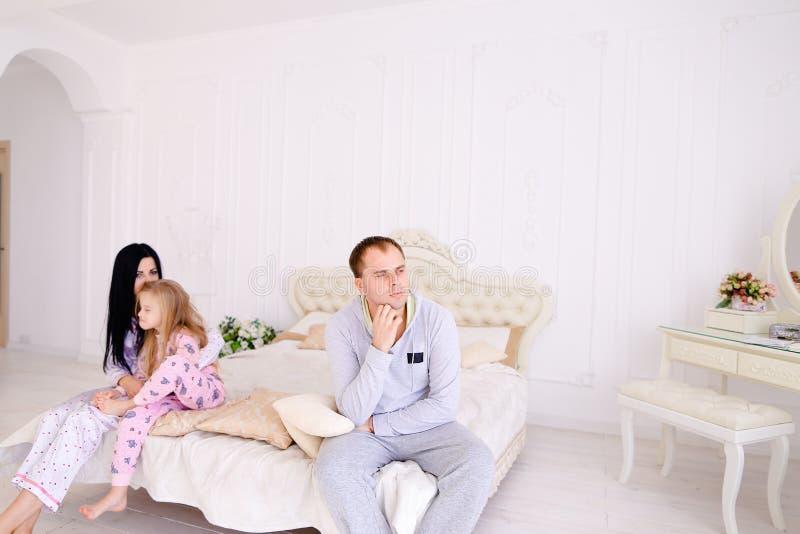 年轻家庭妻子的争吵、丈夫和女儿坐wh 免版税图库摄影