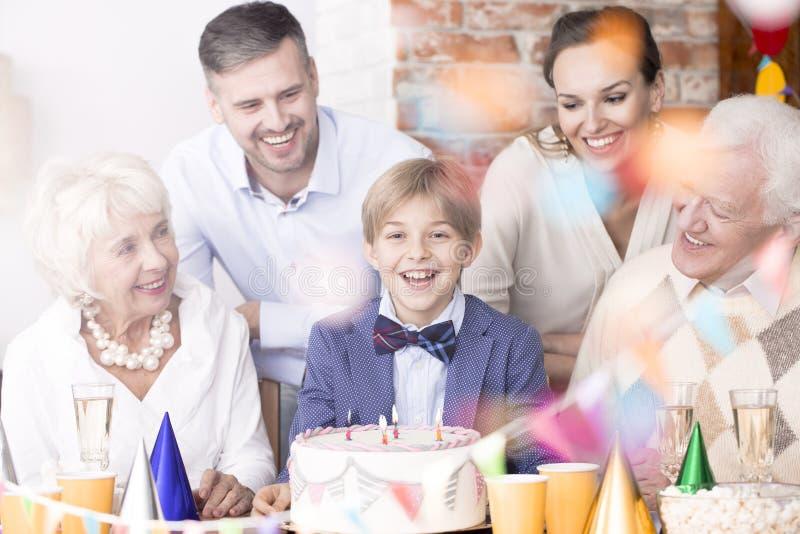 家庭围拢的男孩 免版税库存照片
