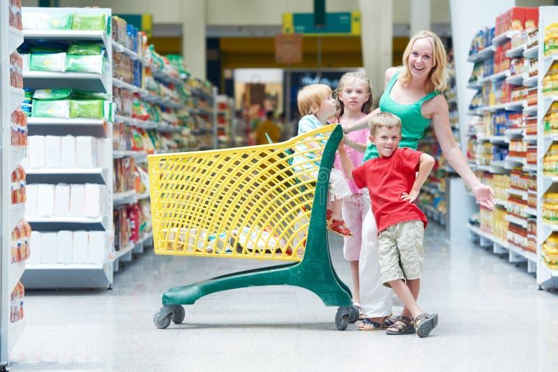 做购物的妇女和孩子 免版税图库摄影