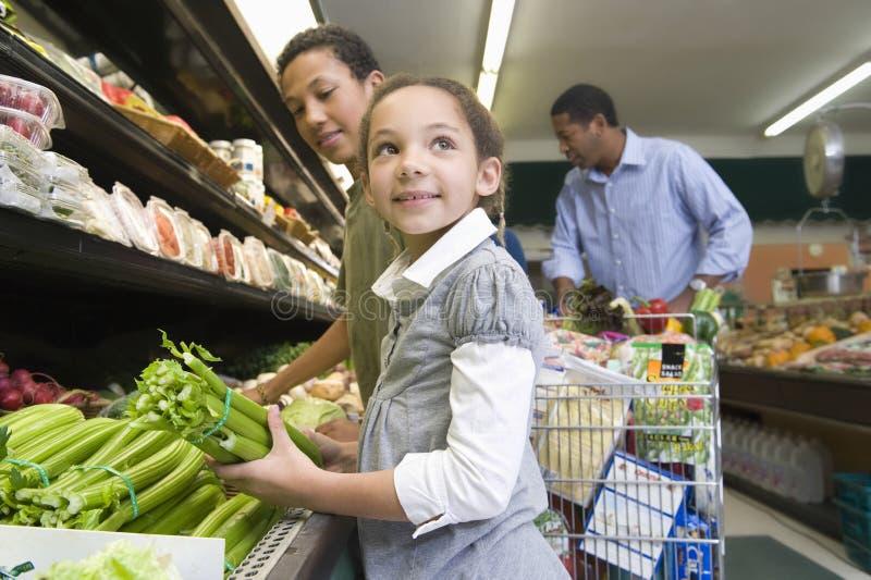 家庭购物在超级市场 免版税图库摄影