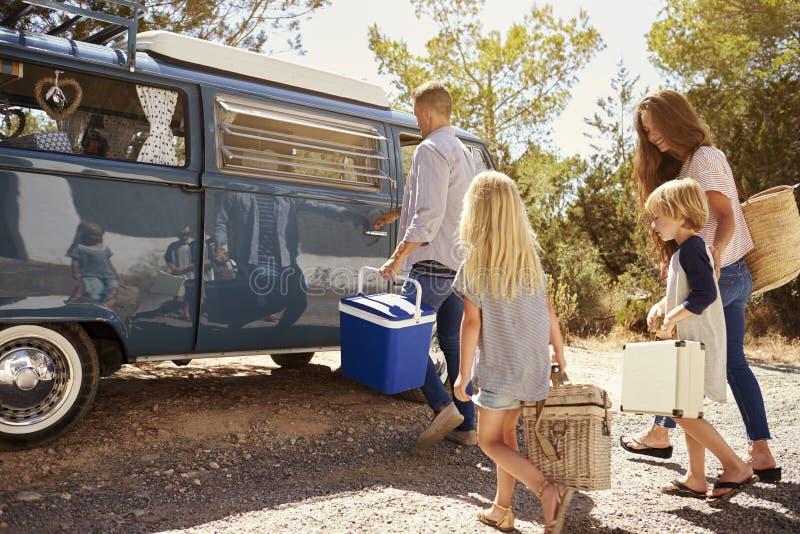 家庭他们的露营者货车为旅行,侧视图做准备 库存图片