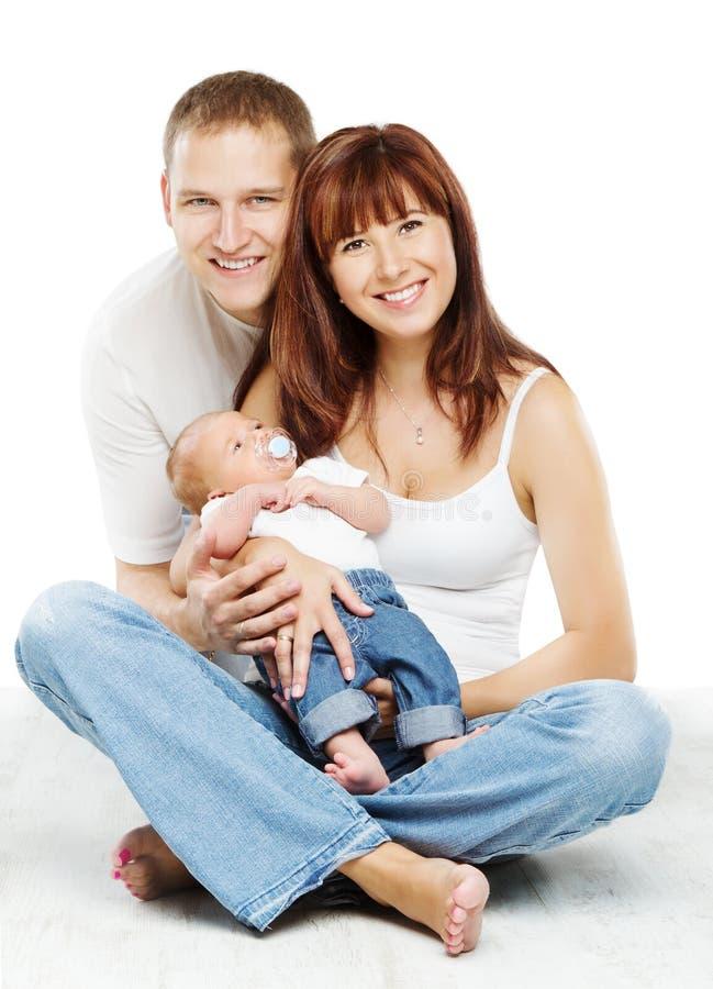 年轻家庭画象、微笑的父亲母亲和小儿子 免版税图库摄影