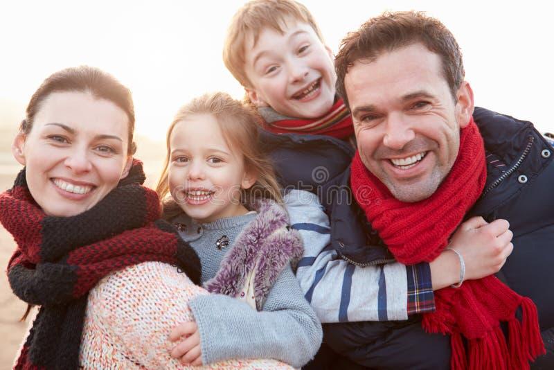 家庭画象在冬天海滩的 免版税图库摄影