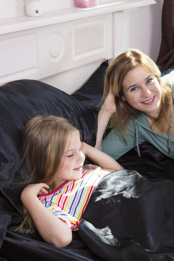 家庭画象在床上在家 免版税库存图片