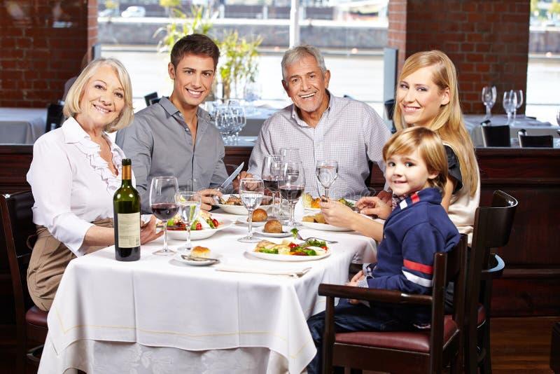 家庭画象在餐馆 库存图片