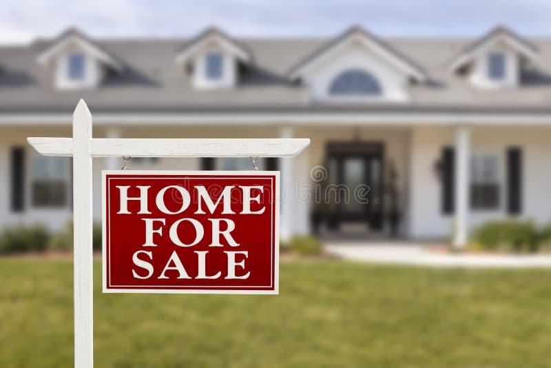 家待售在新房前面的房地产标志 免版税图库摄影