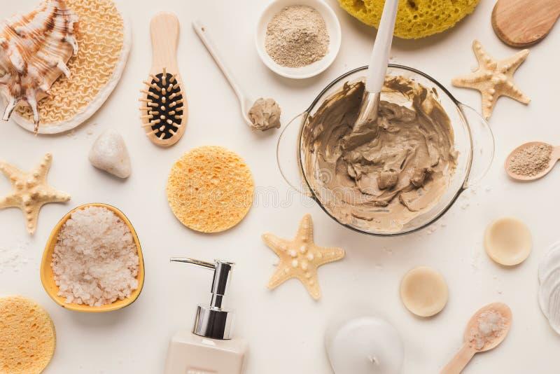 家或沙龙温泉治疗的自然化妆用品 免版税库存图片