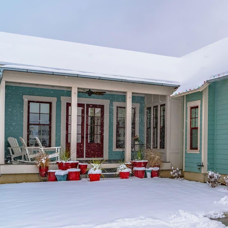 家清楚的方形的外部在冬天观看的破晓的 免版税库存照片