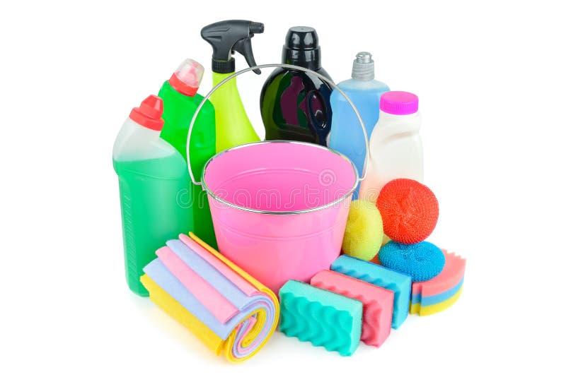 家用化工产品,海绵,在白色背景用桶提隔绝的餐巾为清洗 库存照片
