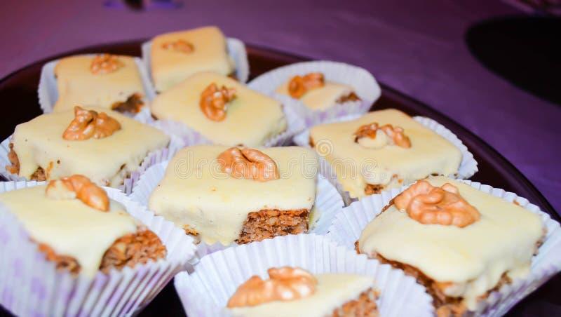 家用坚果装饰的做的蛋糕 免版税库存图片