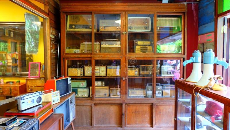家电,收音机,在老社区的扩音器 图库摄影