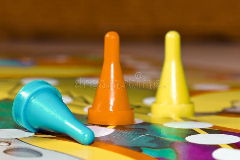 家的棋 在比赛上的塑料芯片孩子的 库存图片
