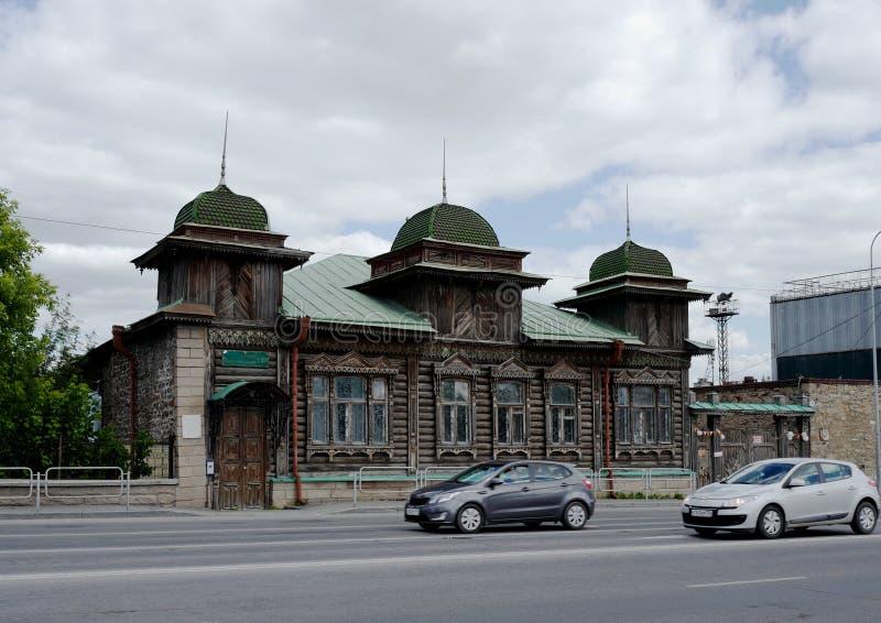 家豪宅位于车里雅宾斯克Kaslinskaya街道的Ryabinina  库存图片
