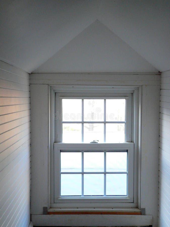 家:白色顶楼窗口 免版税库存照片