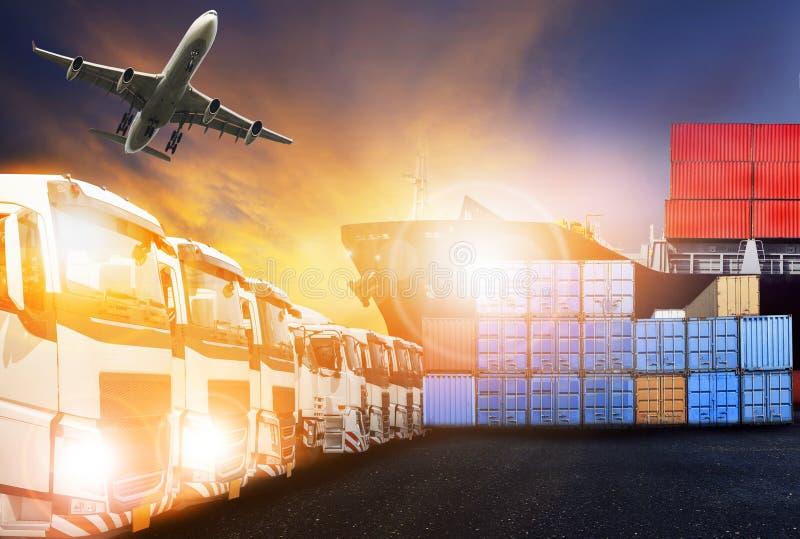 容器卡车、船在口岸和货物后勤的货机 免版税图库摄影