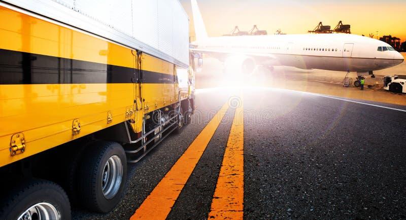 容器卡车和船在进口,出口港口口岸与货物 免版税库存图片