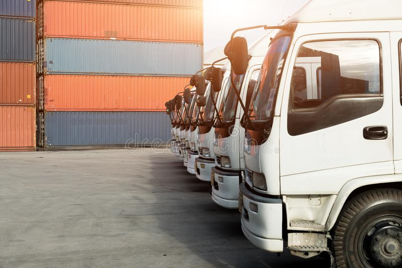 容器卡车在口岸的集中处 后勤学进出口backgr 免版税库存照片