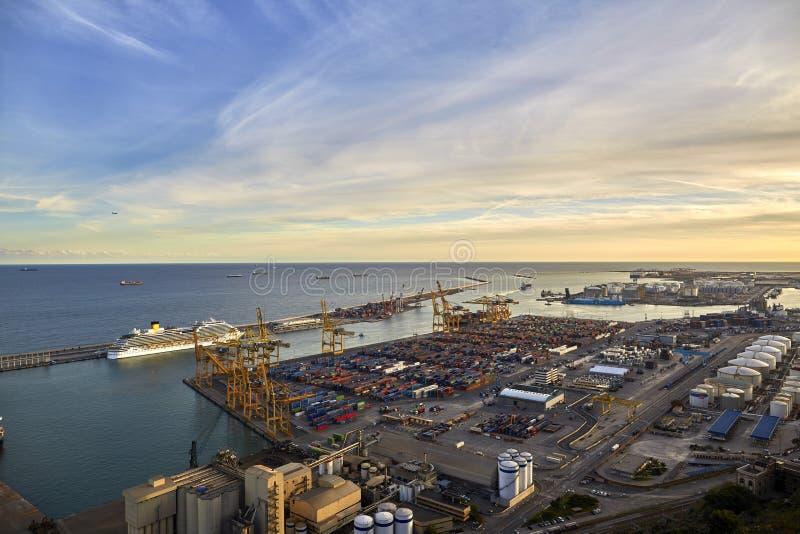 容器口岸的全景在巴塞罗那 巴塞罗那港的全景  巴塞罗那西班牙 库存照片
