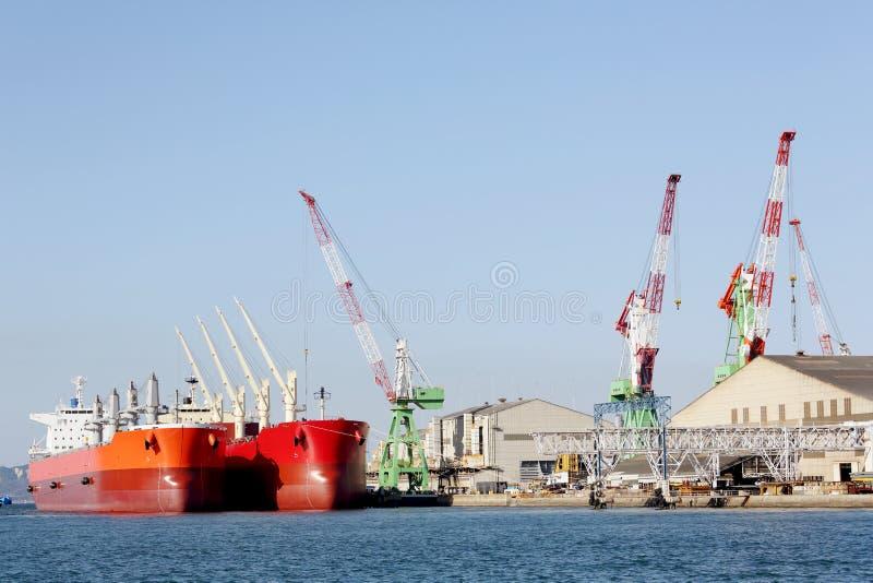 容器在口岸靠码头的货船 免版税库存照片