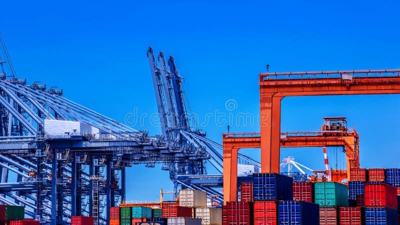 容器货物货物船在集装箱码头 免版税库存图片