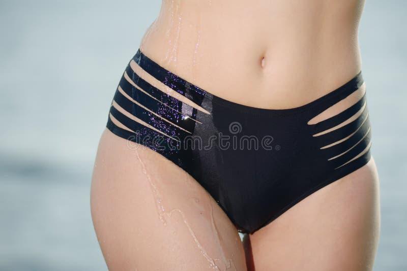 容忍性感的妇女的美好和运动的身体比基尼泳装的 免版税库存图片