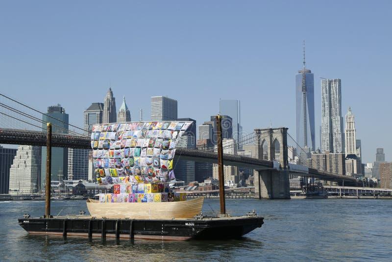 容忍船在布鲁克林大桥前面的在Dumbo艺术节期间的2013年在布鲁克林 库存图片