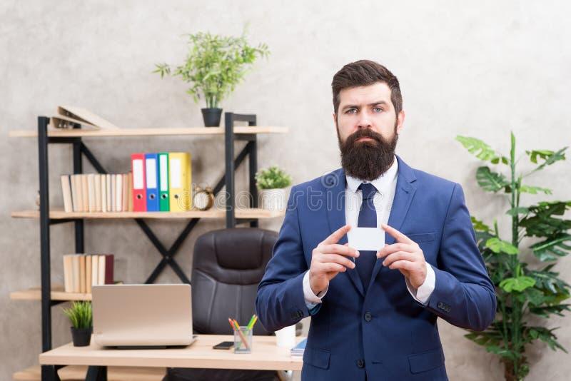 容易和快的付款 万一银行卡 财政支持 有胡子的行家总经理举行卡片 银行业务 ? 库存照片
