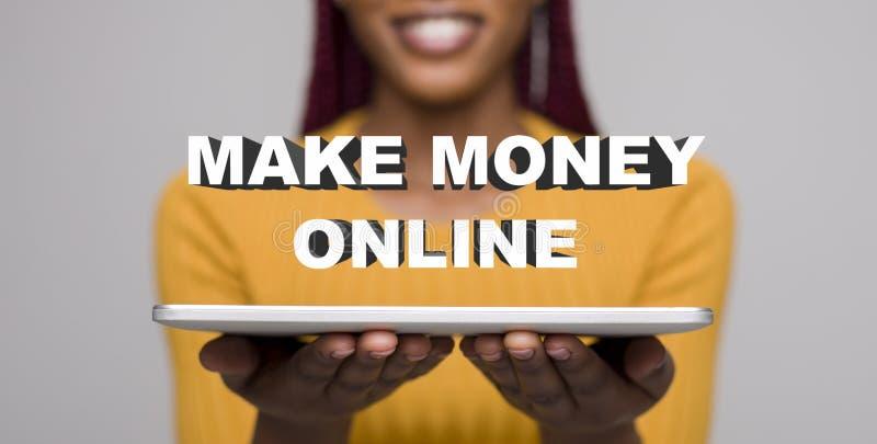 容易在网上年轻非洲妇女赚钱与膝上型计算机 库存图片