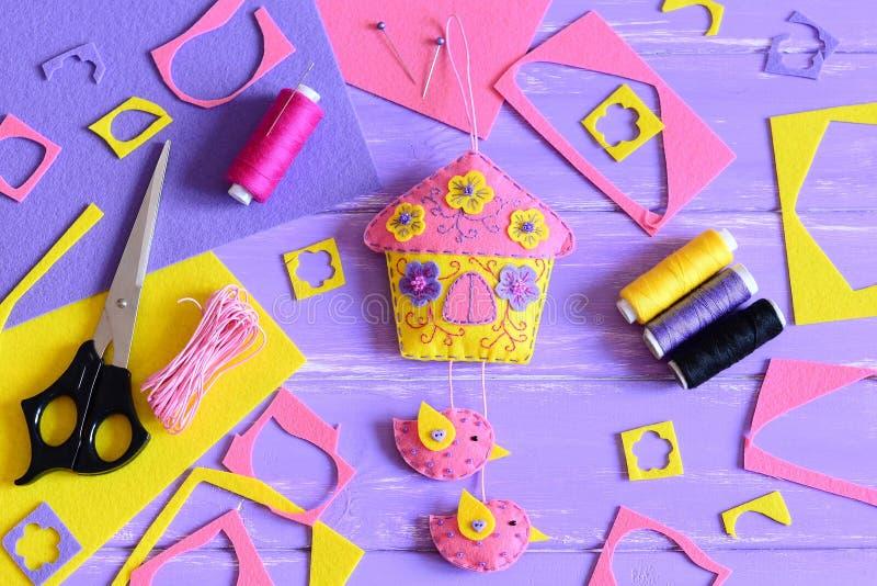 容易的墙壁装饰做毛毡 手工造在一张木桌上的供应 春天或夏天制作孩子和成人的想法 免版税图库摄影