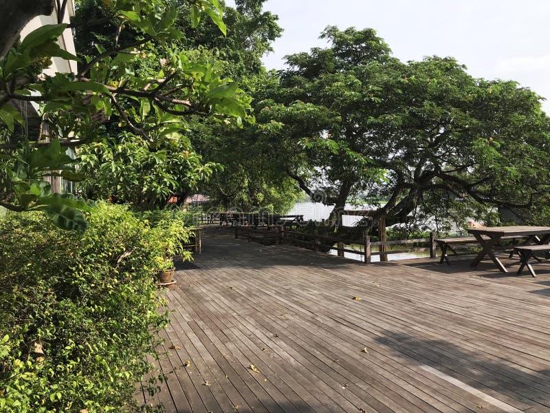 宽和平安的江边大阳台 免版税库存图片