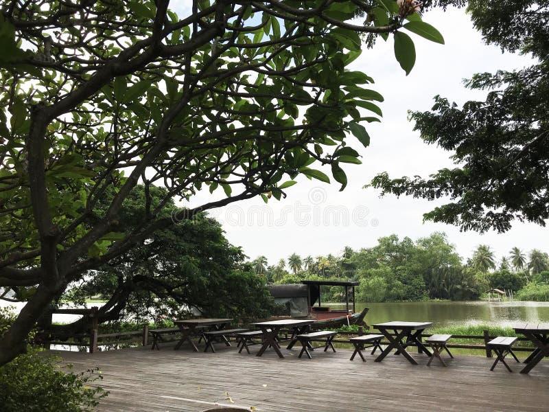 宽和平安的江边大阳台 图库摄影