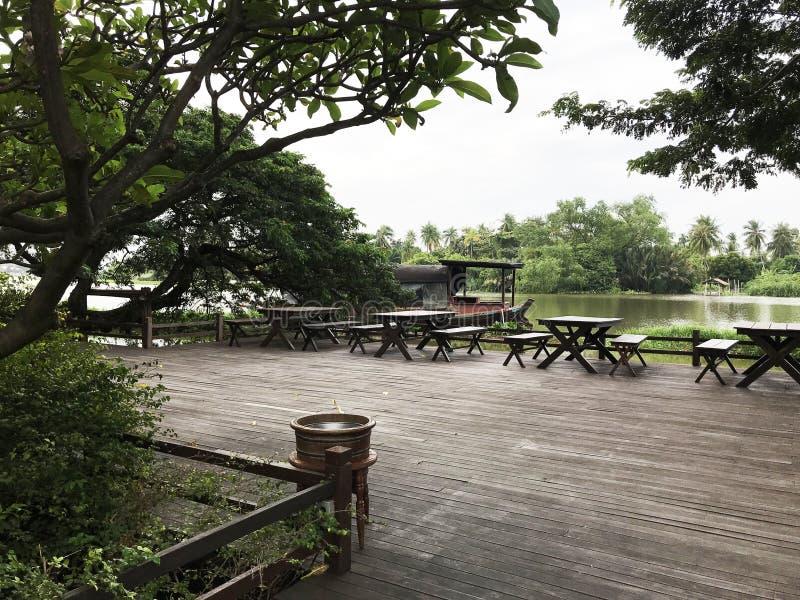 宽和平安的江边大阳台 免版税图库摄影