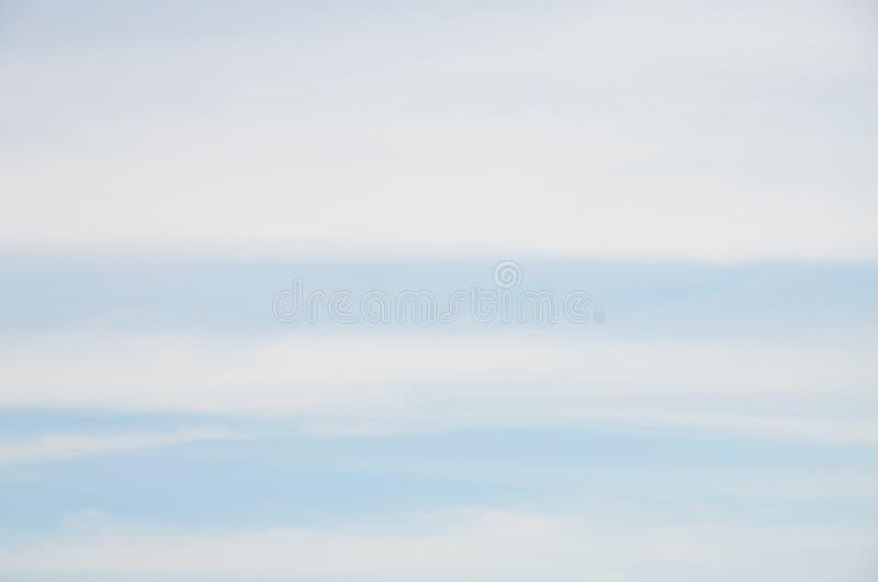 宽在蓝天的条纹白色云彩抽象背景  免版税库存图片