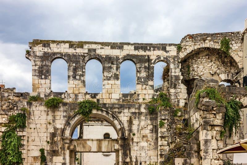 宽容克罗地亚首先介绍质量教士被分裂对白话谁 Diocletian宫殿墙壁 免版税库存图片