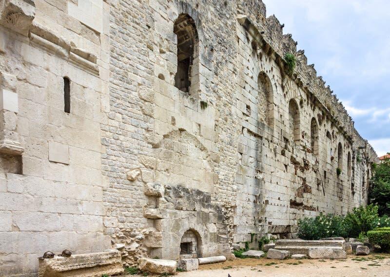 宽容克罗地亚首先介绍质量教士被分裂对白话谁 Diocletian宫殿墙壁 免版税库存照片