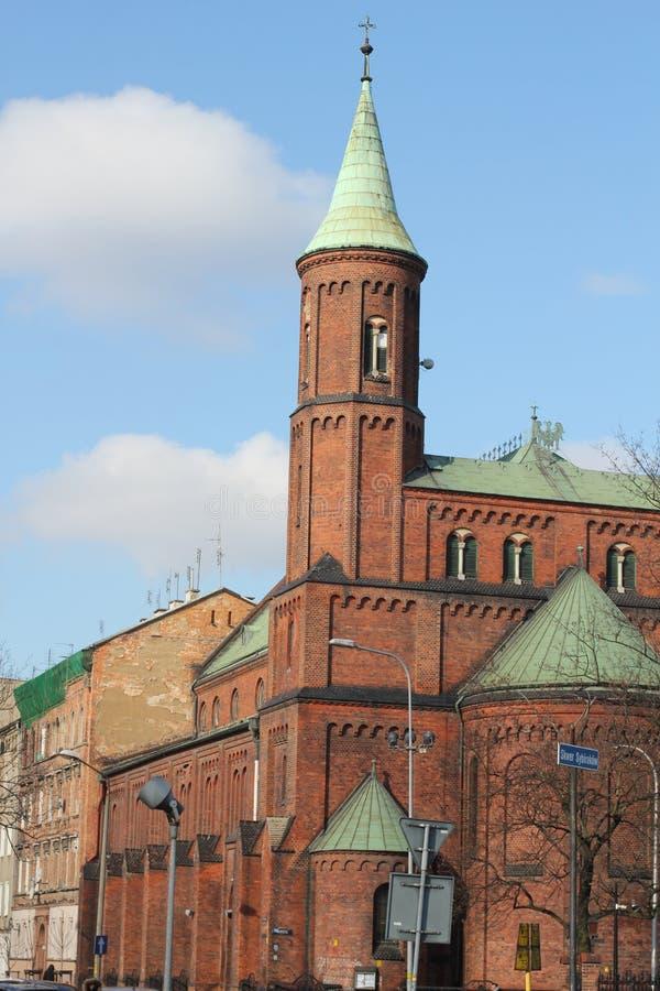 宽容寺庙,天主教会,天主教会 在教会前面的十字架,红砖教会 免版税库存图片