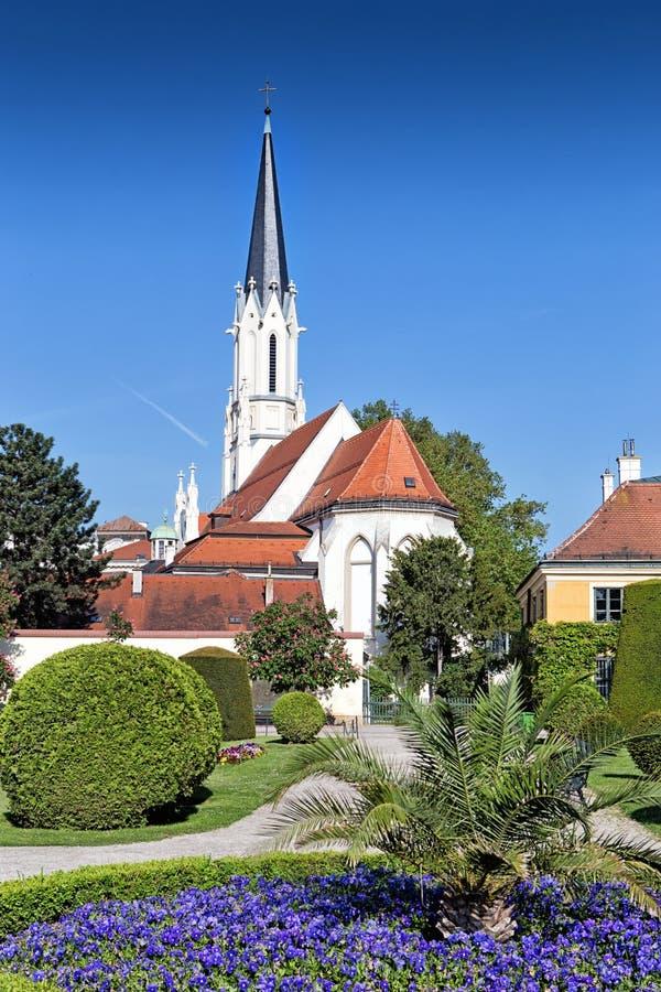 宽容教区教堂在Schonbrunn宫殿附近的玛丽亚Hietzing在维也纳 免版税图库摄影