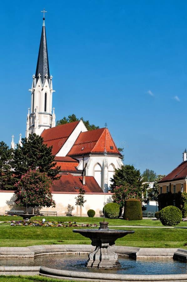 宽容教区教堂在Schonbrunn宫殿附近的玛丽亚Hietzing在维也纳 免版税库存图片