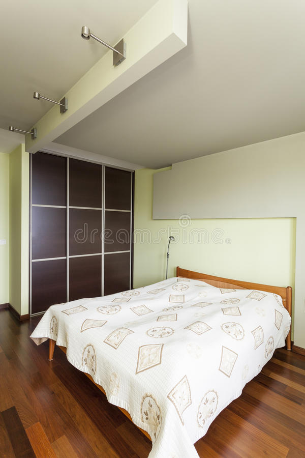 宽敞公寓-双人床 免版税库存照片