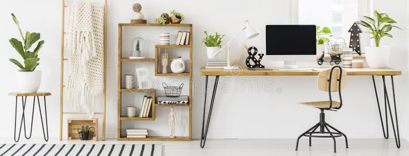 宽敞家庭办公室内部的全景与一个书橱的与 库存照片