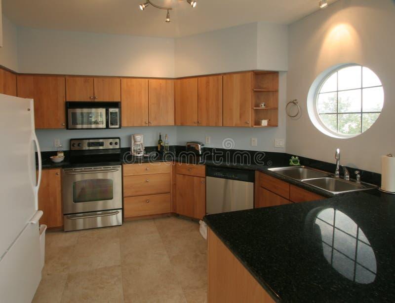 宽敞明亮的干净的厨房 免版税库存照片