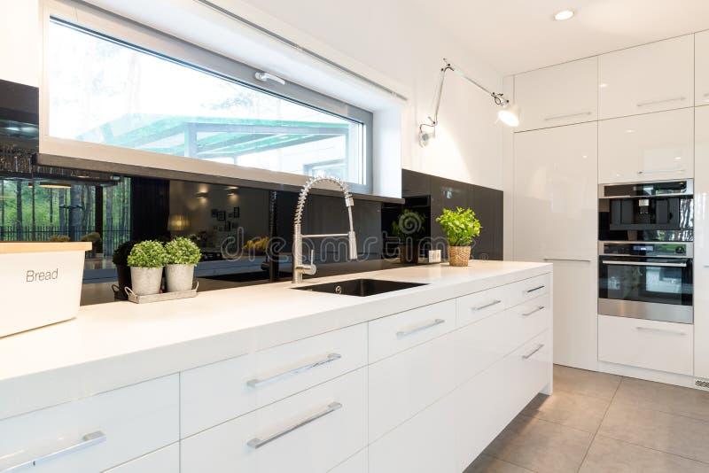 宽敞白色厨房 免版税库存照片