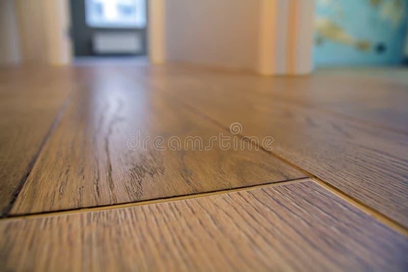 宽敞空的室,木在新的公寓内部,米黄墙壁,被弄脏的玻璃的地板浅褐色的优美的表面背景 库存图片