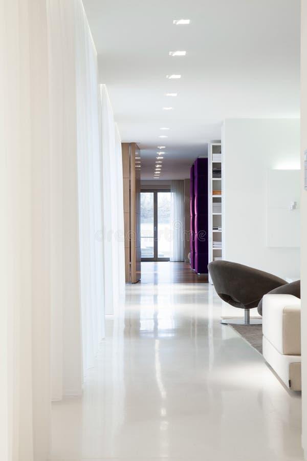 宽敞被设计的内部里面典雅的住所 免版税库存照片