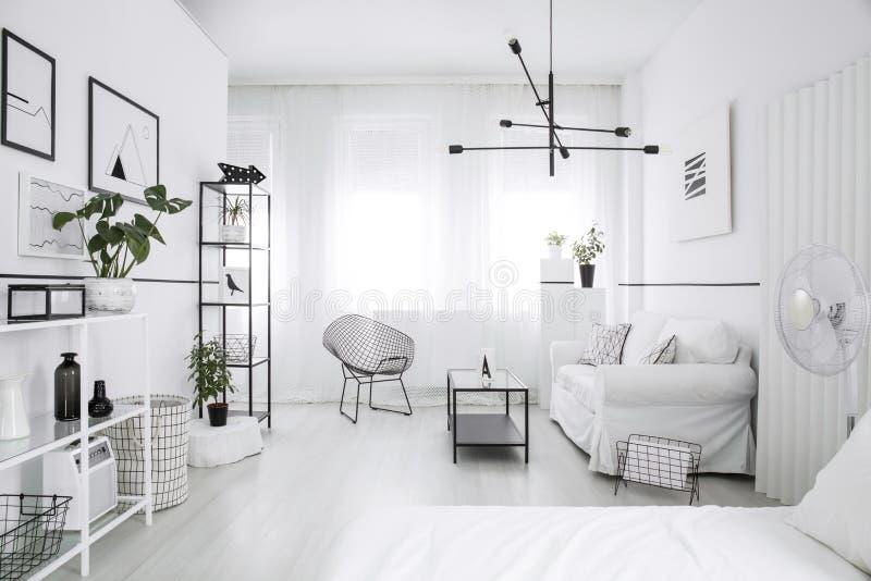 宽敞,用装备的卧室内部 免版税图库摄影