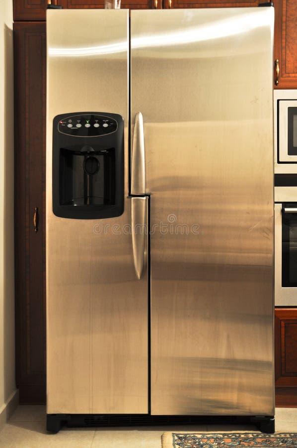 宽敞inox冰箱在一个豪华厨房里 库存照片