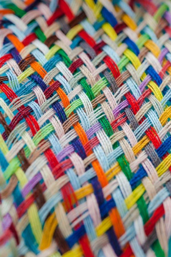 宽松地被编织的五颜六色的毛线 库存照片