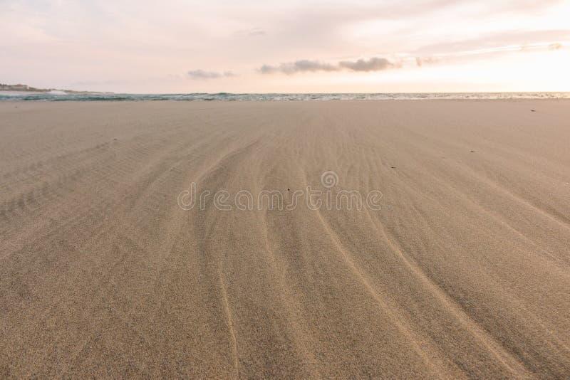 宽沙滩一会儿流出 在日落的大西洋海滩 海洋lanscape 风景沙滩在晚上 库存照片