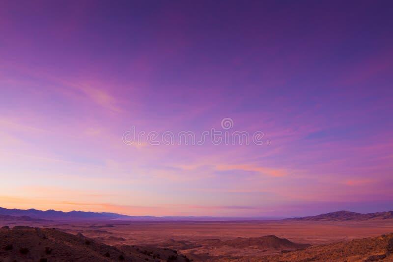 宽沙漠开放的日出 库存图片