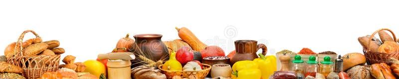宽照片用新鲜水果,菜,面包,乳制品, 免版税库存图片